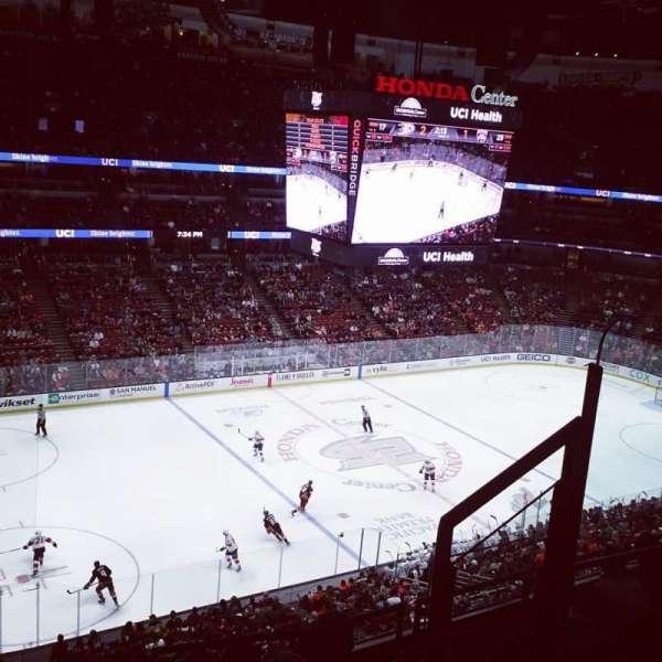 Honda Center, vak: 415, rij: F, stoel: 4