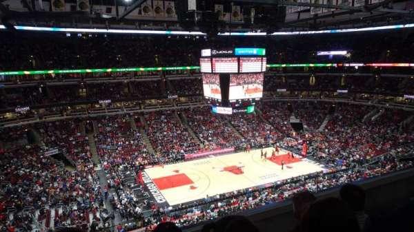 United Center, vak: 320, rij: C, stoel: 4