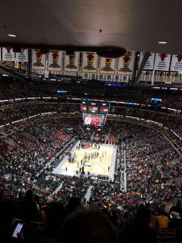 United Center, vak: 325, rij: 16, stoel: 14