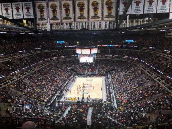 United Center, vak: 325, rij: 13, stoel: 17