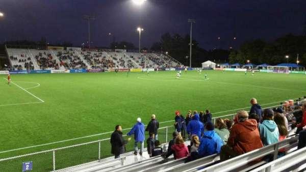 Dillon Stadium, vak: 2, rij: I, stoel: 17
