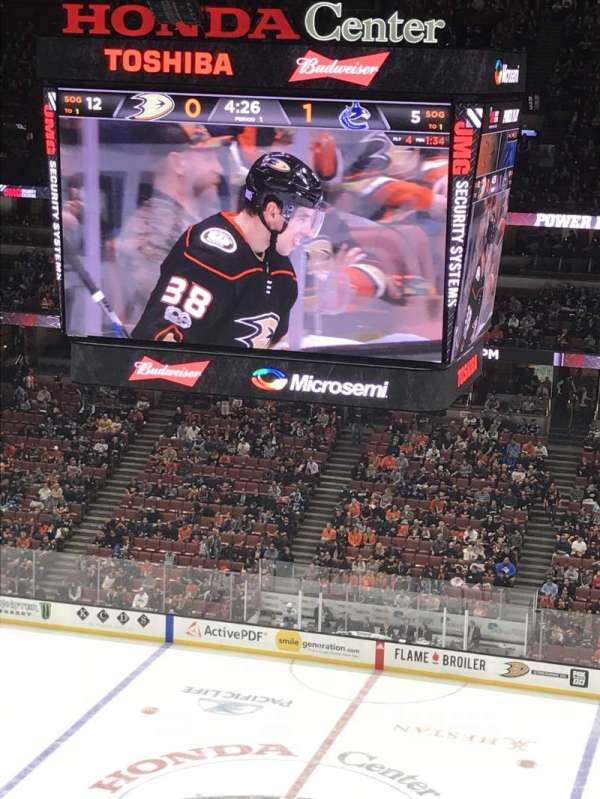 Honda Center, vak: 410, rij: K, stoel: 9