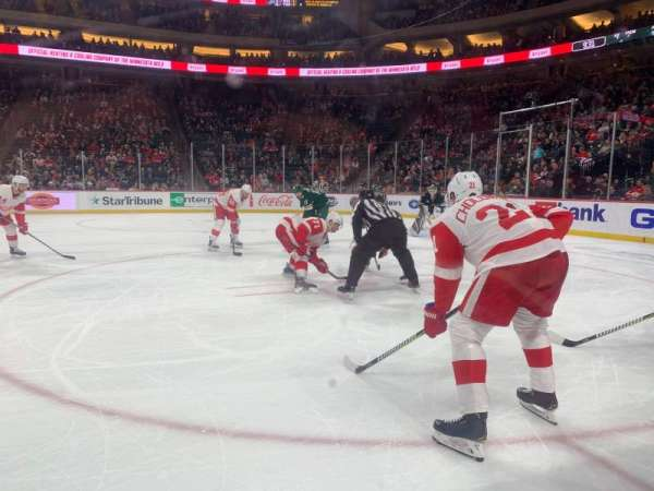 Xcel Energy Center, vak: 106, rij: 1, stoel: 7,8