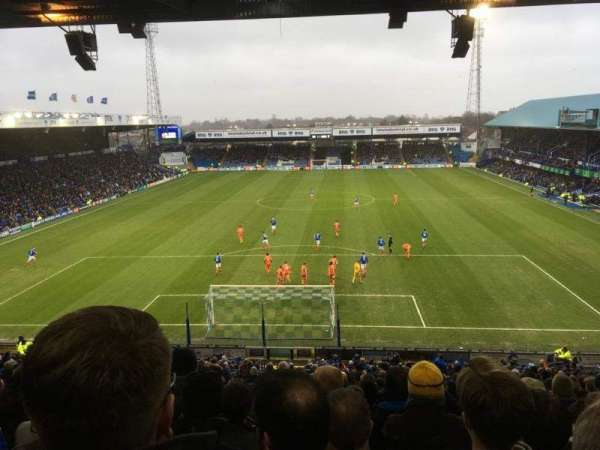 Fratton Park, vak: Fratton End, rij: 4th from back