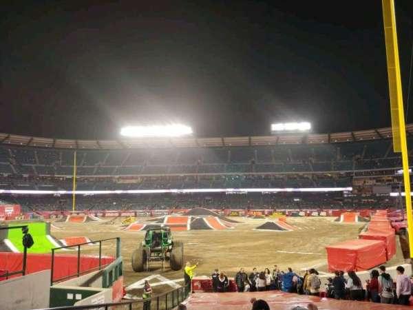 Angel Stadium, vak: F101, rij: W, stoel: 4
