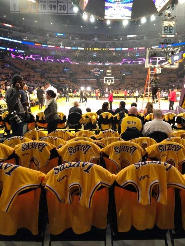 Staples Center, vak: 107, rij: F, stoel: 8,9