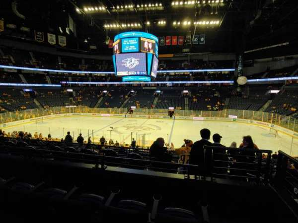 Bridgestone Arena, vak: 106, rij: L, stoel: 1