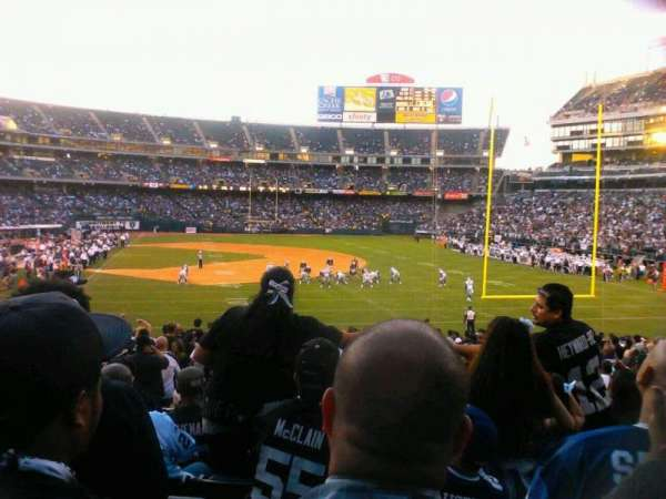 Oakland Alameda Coliseum, vak: 107, rij: 28, stoel: 17