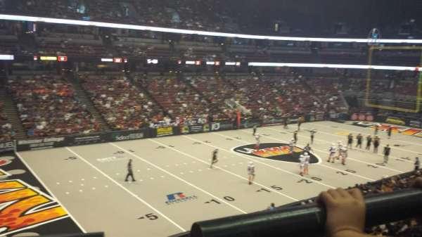 Honda Center, vak: 323, rij: A, stoel: 4