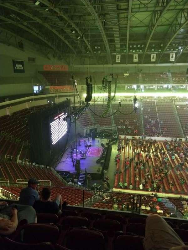 Giant Center, vak: 218, rij: E, stoel: 1