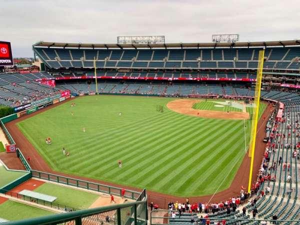 Angel Stadium, vak: V401, rij: F, stoel: 9