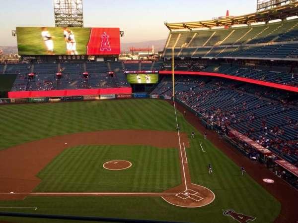 Angel Stadium, vak: V414, rij: D, stoel: 8