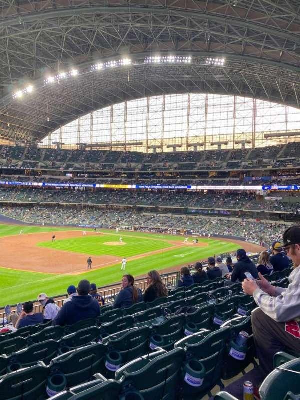 American Family Field, vak: 228, rij: 8, stoel: 20