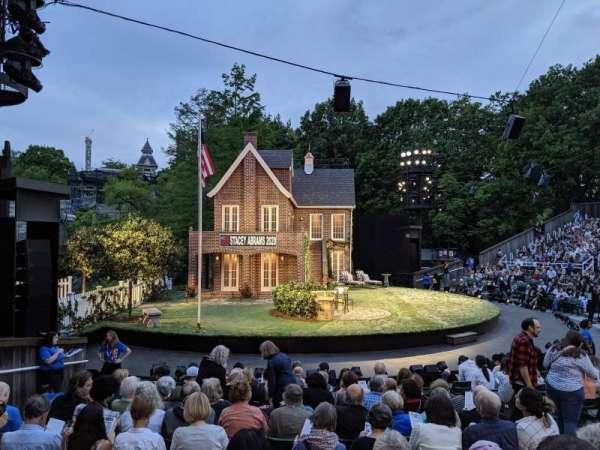 The Delacorte Theater in Central Park, vak: O, rij: L, stoel: 507
