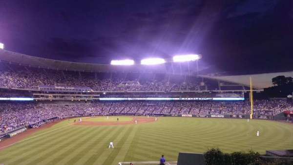 Kauffman Stadium, vak: 252, rij: EE, stoel: 9