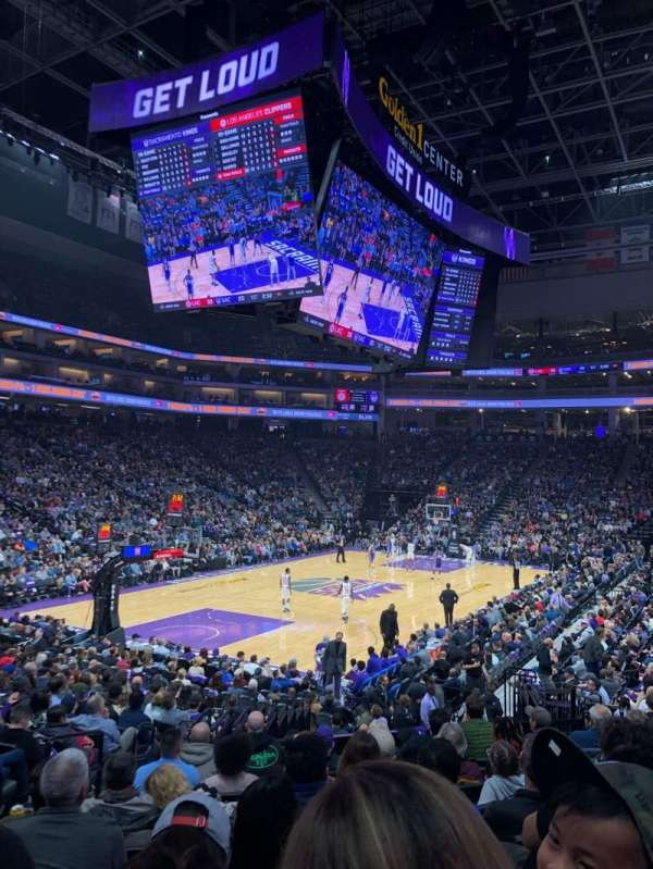 Golden 1 Center, vak: 111, rij: J, stoel: 11