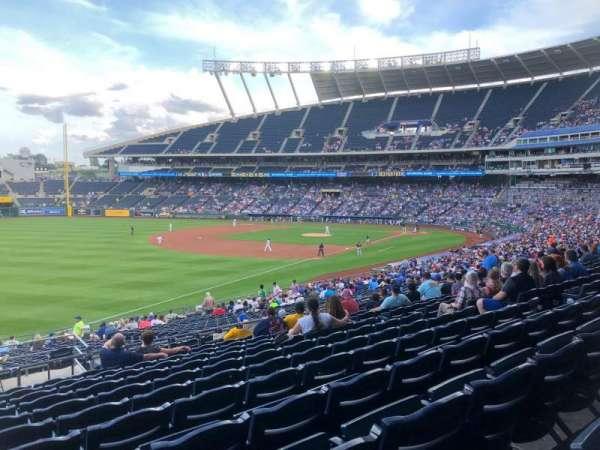 Kauffman Stadium, vak: 211, rij: LL, stoel: 1