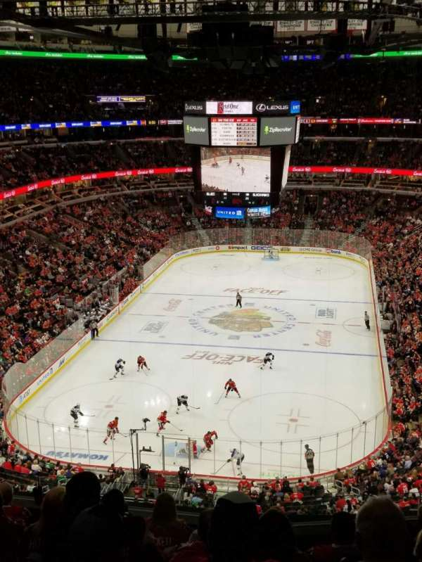United Center, vak: 325, rij: 8, stoel: 5