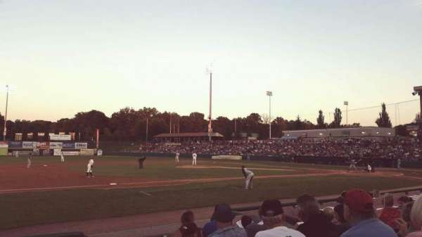Joseph L. Bruno Stadium, vak: 230, rij: H, stoel: 1