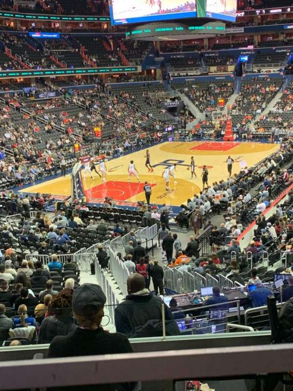 Capital One Arena, vak: 118, rij: V, stoel: 18