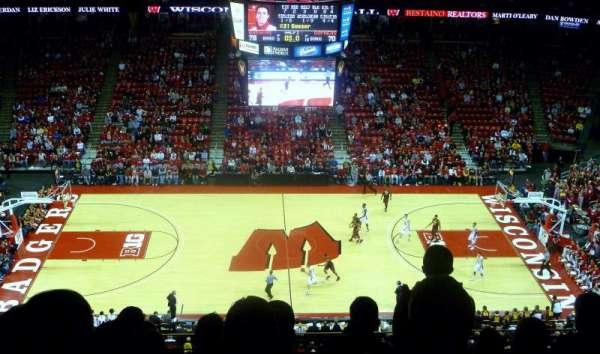 Kohl Center, vak: 322, rij: H, stoel: 14