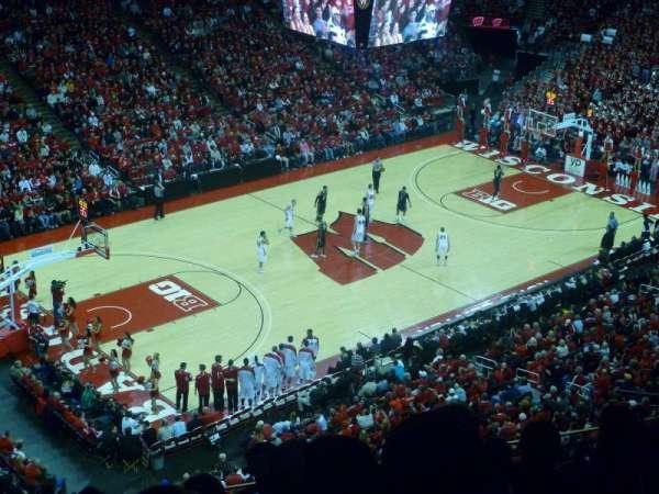 Kohl Center, vak: 325, rij: E, stoel: 13