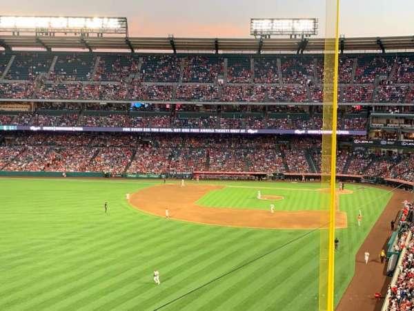 Angel Stadium, vak: V401, rij: D, stoel: 10