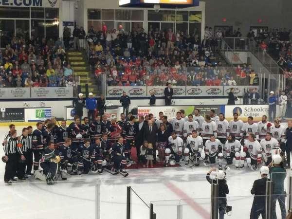 USA Hockey Arena, vak: 113, rij: M, stoel: 11