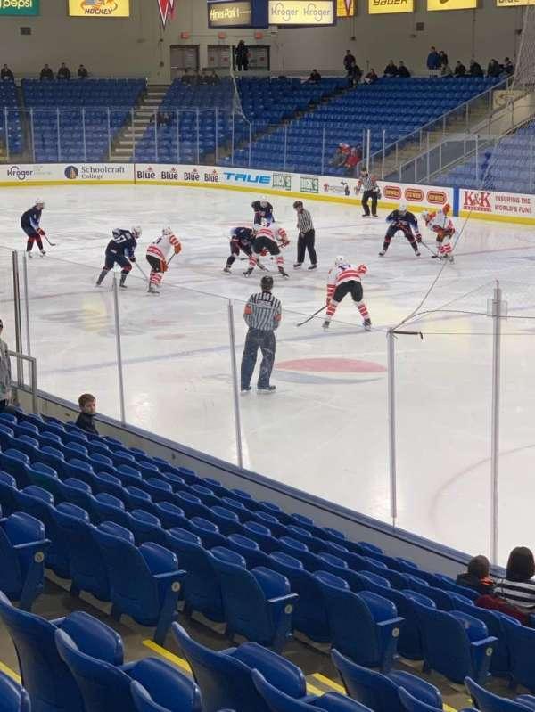 USA Hockey Arena, vak: 120, rij: N, stoel: 8