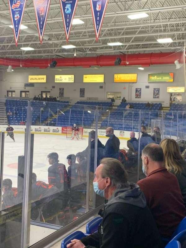 USA Hockey Arena, vak: 103, rij: F, stoel: 9