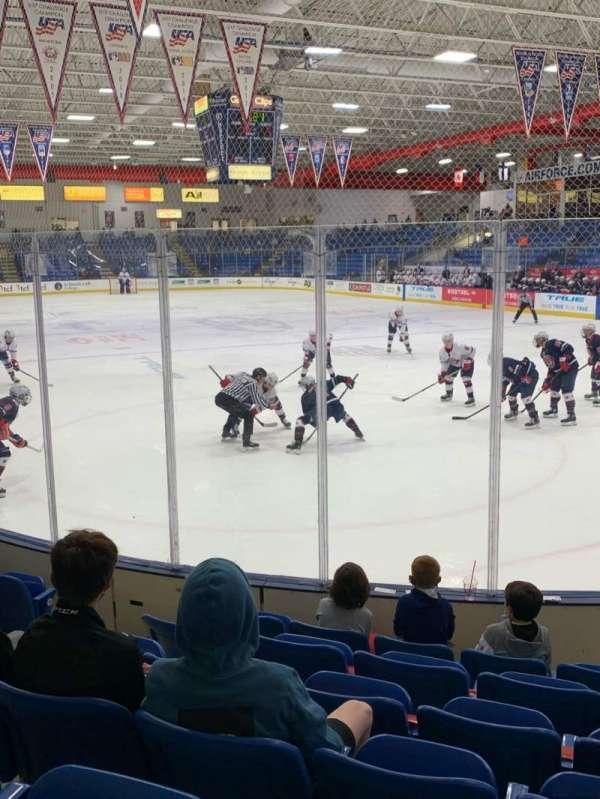 USA Hockey Arena, vak: 109, rij: H, stoel: 10