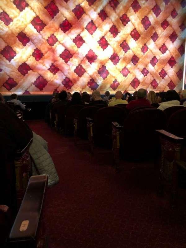 Brooks Atkinson Theatre, vak: Orchestra L, rij: J, stoel: 1