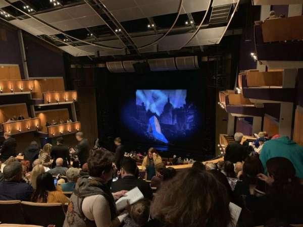 Ahmanson Theatre, vak: Mezz Right, rij: H, stoel: 1