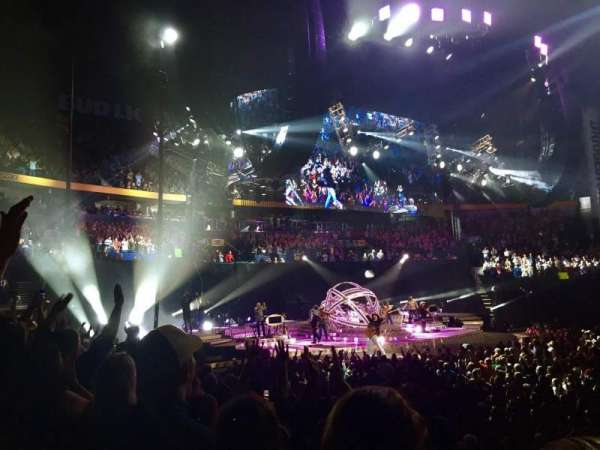 Bridgestone Arena, vak: 115, rij: JJ, stoel: 12