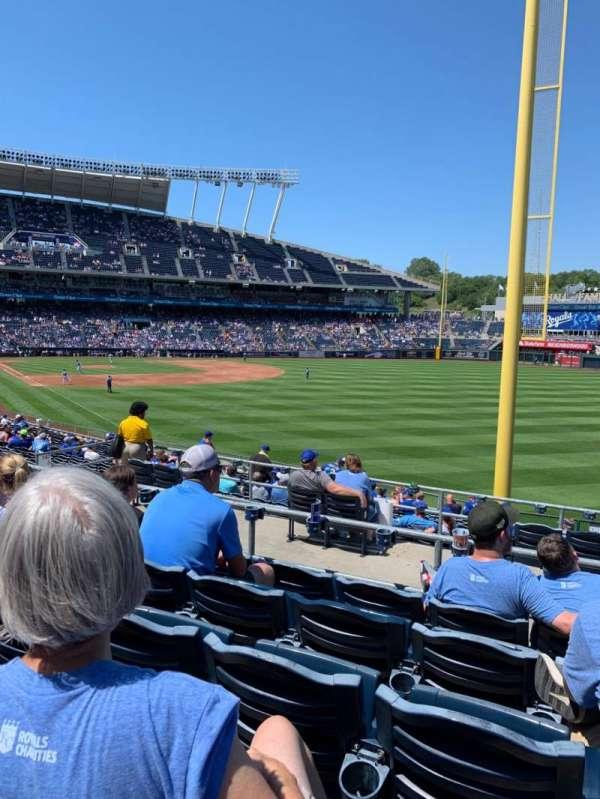Kauffman Stadium, vak: 247, rij: EE, stoel: 17