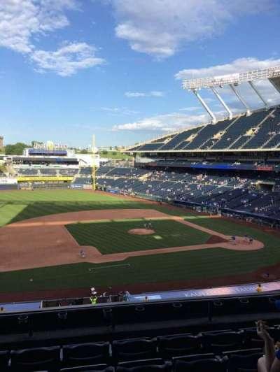 Kauffman Stadium, vak: 305, rij: F, stoel: 6