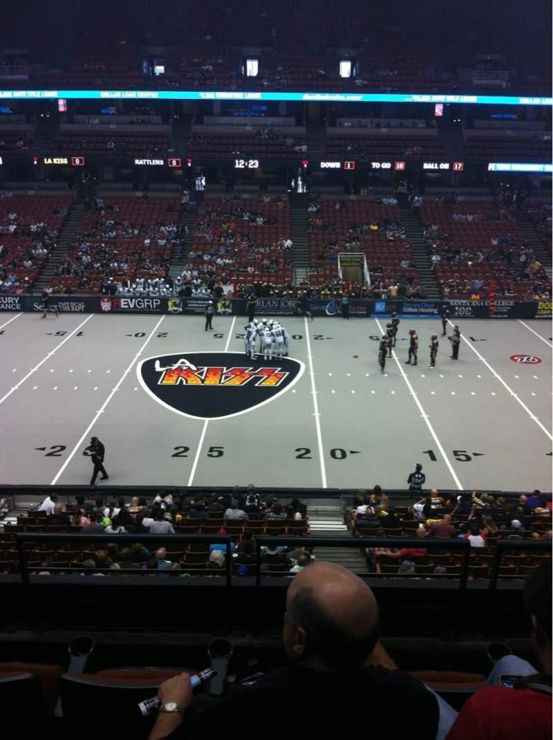 Honda Center, vak: 320, rij: D, stoel: 4