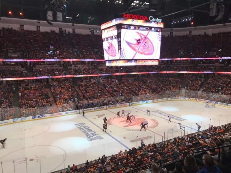 Honda Center, vak: 322, rij: 1, stoel: 2