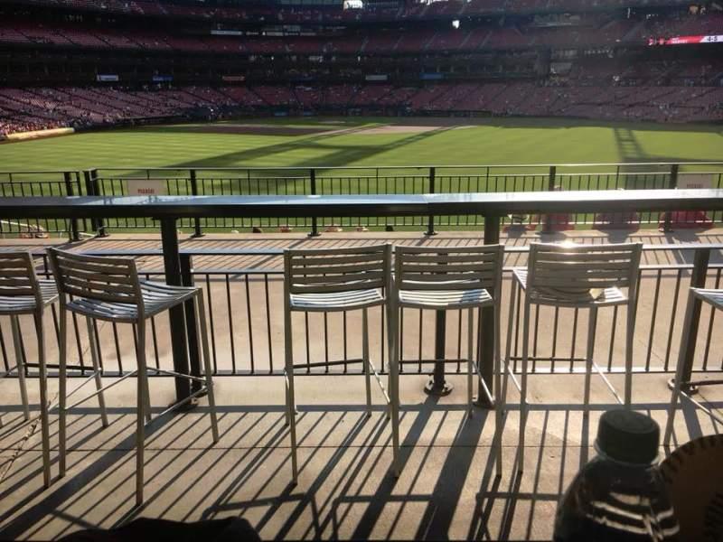 Busch Stadium, vak: Homers Landing, rij: B, stoel: 25