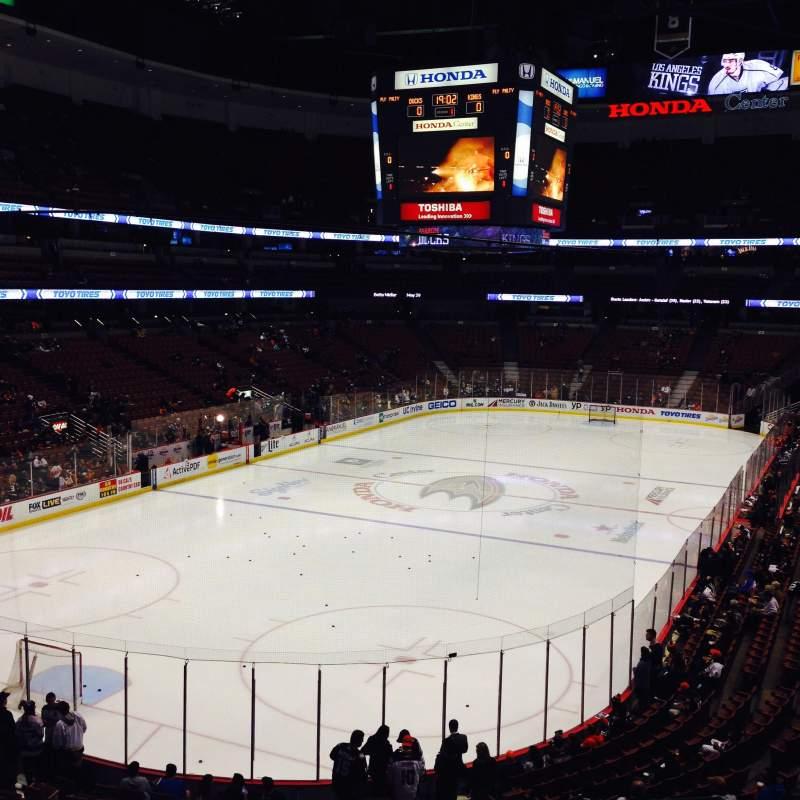 Honda Center, vak: 325, rij: B, stoel: 1,2